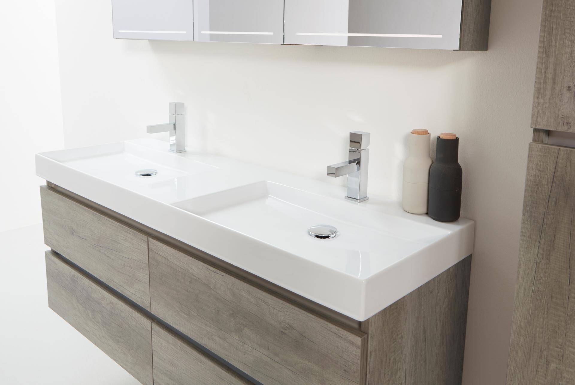 Badkamermeubel Met Kommen : Eigentijdse badkamer met badmeubel gemaakt van ruwe eiken planken